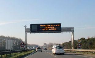 Des panneaux informent les automobilistes des épisodes de pollution aux microparticules.