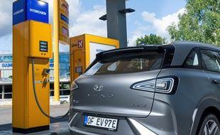 Faire le plein d'une voiture à hydrogène est aussi simple que pour une voiture classique. Mais les modèles restent rares et chers