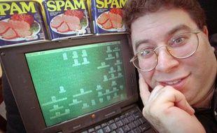"""Sanford Wallace, l'autoproclamé """"Roi du spam"""", pose devant son ordinateur le 8 mai 1997."""