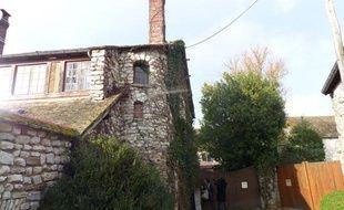 Devant la demeure de Noémie Montagne et Dieudonné M'Bala, au Mesnil-Simon, dans l'Eure-et-Loir.