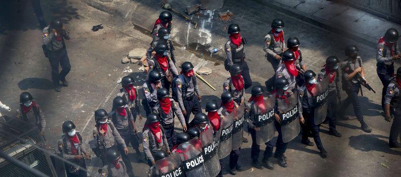 La police birmane tire à belles réelles sur les manifestants et manifestantes.