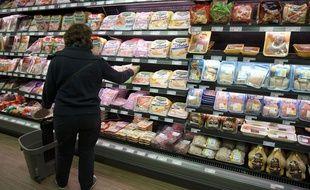 Illustration d'une femme faisant ses courses dans un supermarché.