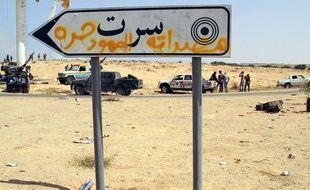 Sur la route à l'entrée de Syrte en Libye le 19 septembre 2011.