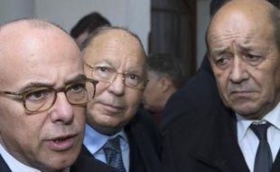 Le ministre de l'Intérieur Bernard Cazeneuve (à g.), le ministre de la Défense Jean-Yves Le Drian (à dr.) et le président du Conseil français du culte musulman (CFCM) Dalil Boubakeur, le 16 janvier 2015.