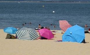 Les parasols pour protéger les plagistes un jour de canicule à Arcachon, le 30 juin 2015.