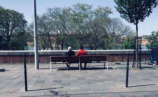 Des personnes âgées sur un banc à Toulouse.