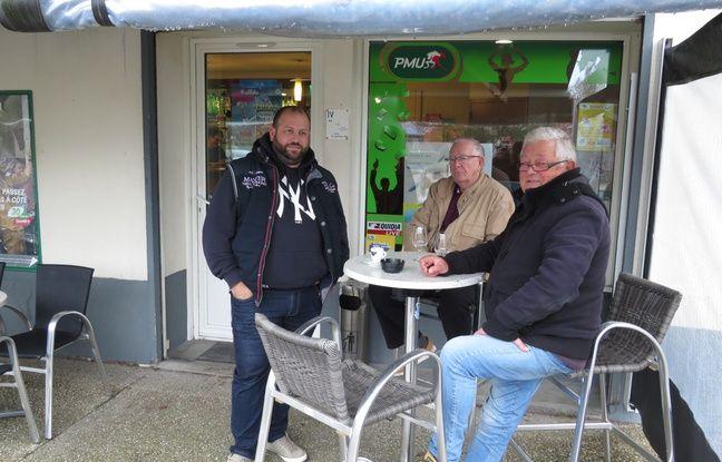 Au Café de l'Eglise, Olivier, Christian et Frédéric (de gauche à droite), habitants de longue date de Saint-Aignan, sont particulièrement remontés contre le choix du gouvernement.