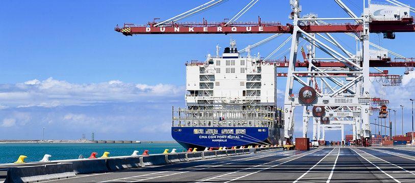 Un navire en escale au port de Dunkerque.