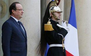 La cote de popularité du président François Hollande a baissé en novembre de 3 points à 20%, le score le plus bas enregistré par un président français depuis la création en 1958 de la Ve République, selon le baromètre de l'Ifop pour l'hebdomadaire Le Journal du Dimanche.