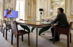 Le président français Emmanuel Macron s'entretient avec la chancelière allemande Angela Merkel lors de la 22e visioconférence du Conseil ministériel franco-allemand à l'Elysée à Paris, lundi 31 mai 2021.