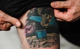 Matt Taylor, physicien de l'ESA, montre son tatouage «Rosetta» le 12 novembre 2014