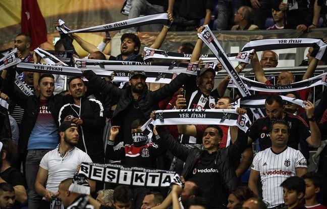 Des supporters du Besiktas dans les tribunes du parc OL, le 13 février 2017.