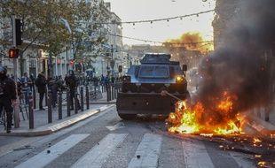 Un blindé déployés à Marseille à la suite de heurts entre police et manifestants.