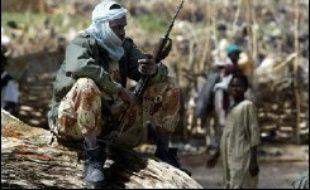 Quatre cadavres d'hommes en uniformes, pieds nus, gisent sous un soleil de plomb. Des prisonniers déguenillés sont exhibés. Visite guidée d'Adré, dans l'est du Tchad, au lendemain de violents combats avec une rébellion dans laquelle N'Djamena voit la main du Soudan.