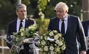 Le Premier ministre britannique Boris Johnson et le chef du parti d'opposition travailliste, Keir Starmer, unis pour rendre un hommage à David Amess, à Leigh-on-Sea le 16 octobre 2021.