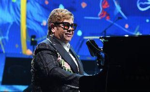 Le chanteur Elton John.