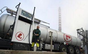 Le groupe suisse Petroplus a entamé lundi matin les manoeuvres d'arrêt temporaire de sa raffinerie de Petit-Couronne, près de Rouen, qui n'est plus alimentée en brut depuis le gel d'une ligne de crédit d'un milliard de dollars mardi, a-t-on appris lundi de source syndicale.