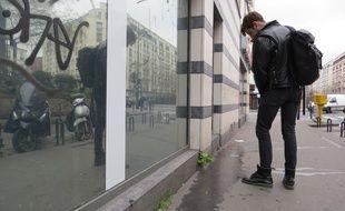 Xavier Delaporte devant des traces d'urine dans le 18e arrondissement