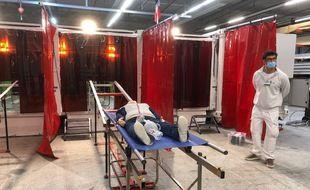 Les patients inconscients sont transportés sur des rails pour subir une décontamination chimique dans l'unité mobile du Samu 31.