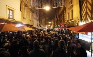 Illustration de clients devant des bars, ici dans la rue Saint-Michel.