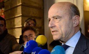 Le maire UMP de Bordeaux Alain Juppé le 29 novembre 2014, dans sa ville, répond aux journalistes après l'élection de Nicolas Sarkozy à la tête de l'UMP