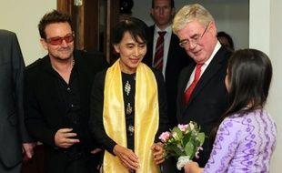 Aung San Suu Kyi fête mardi ses 67 ans au Royaume-Uni, une étape de sa tournée européenne particulièrement chargée d'émotions pour l'opposante birmane qui, 24 ans plus tôt, quittait ce pays en laissant derrière elle mari et enfants.