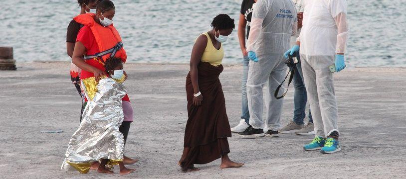 Des migrants pris en charge à Lampedusa, le 29 août 2020.