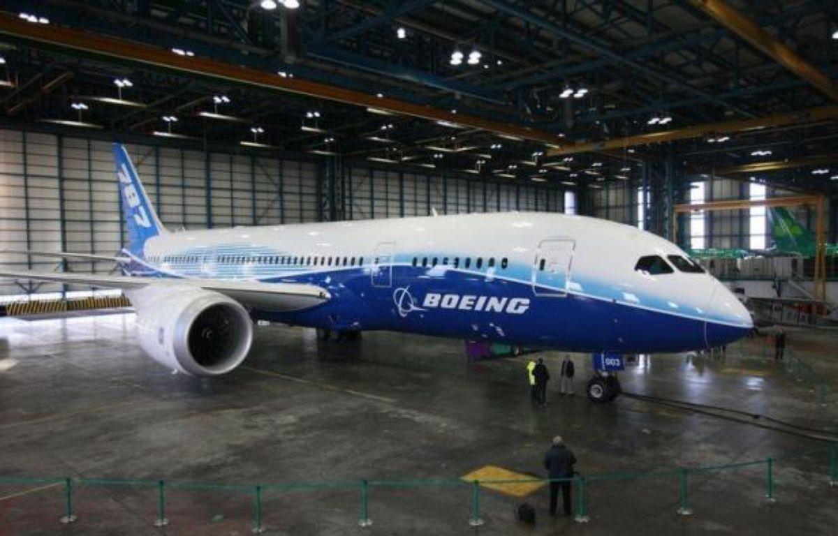 Le constructeur aéronautique Boeing a annoncé lundi avoir rencontré un nouveau problème de fabrication sur son nouvel avion long-courrier 787 (Dreamliner), qui l'oblige à vérifier le fuselage des appareils. – Peter Muhly afp.com