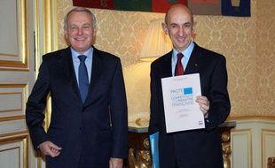 Louis Gallois a remis son rapport sur la compétitivité au Premier ministre Jean-marc Ayrault le 5 novembre