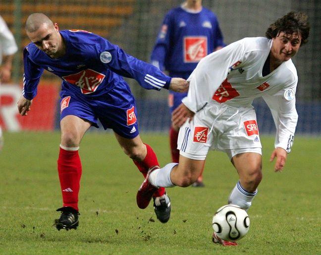 Vermelles-PSG 2006: A gauche, Olivier Dealet (Vermelles), au contact avec Cristian Rodriguez (PSG), à droite