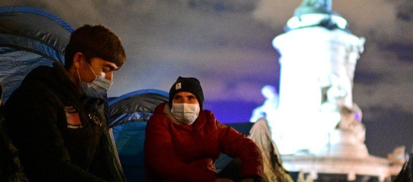 Des migrants ce lundi soir, place de la République à Paris.