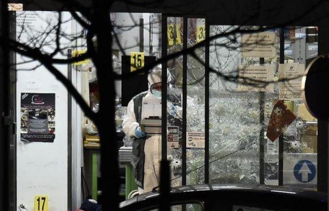 """Des membres de la police scientifique à l'intérieur du magasin """"Hyper Cacher"""" à Paris le 9 janvier 2015 après l'assaut"""