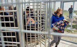 Une femme et son enfant passent le tourniquet qui permet de passer de Serbie en Hongrie, 1er avril près de Röszke en Hongrie