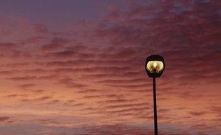Un lampadaire au coucher du soleil.