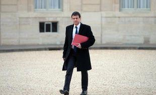 """Manuel Valls a envoyé à ses préfets ses instructions contre l'immigration irrégulière dans une circulaire ayant l'ambition d'allier une """"politique ferme"""" d'éloignement des clandestins et """"le respect"""" des principes de la France."""