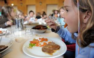Repas bio  à la cantine scolaire d'Illkirch Graffenstaden. Le 09 12 2008 Autorisation ok. La maitresse nous a indiqué que les parents avaient signé les autoriations de prises de vues.
