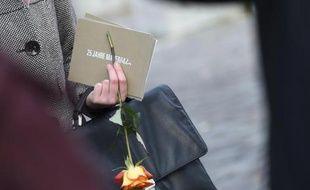 Une invitée, une rose à la main, des commémorations marquant le 25e anniversaire de la chute du Mur à Berlin, le 9 novembre 2014