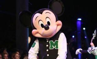 Mickey va squatter des pièces de monnaie.