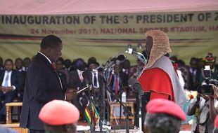 Le nouveau président du Zimbabwe Emmerson Mnangagwa (à gauche) prête serment à Harere, le 24 novembre 2017.