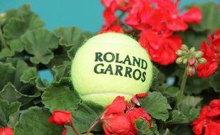 Une balle du tournoi de tennis de Roland Garros.