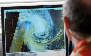 Un employé de Météo France le 2 janvier 2013 à Saint-Denis, à la Réunion, qui se prépare au passage du cyclone Dumile.