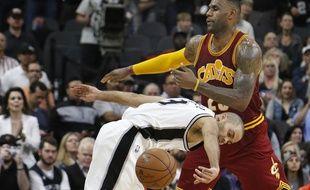 Tony Parker (San Antonio Spurs), face à LeBron James (Cleveland Cavaliers), le 15 janvier 2016.