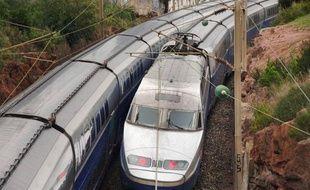 Deux jeunes filles d'une vingtaine d'années ont été grièvement blessées dans la nuit de dimanche à lundi à Menton, électrocutées par un caténaire, sur une locomotive à l'arrêt où elles étaient montées.