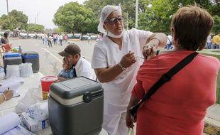 Une femme vaccine une patiente en Colombie en mars 2018 (illustration).
