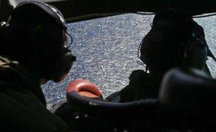 Recherches au dessus de l'océan Indien, le 4 avril 2014, pour tenter de trouver des traces de l'avion de la Malaysia Airlines disparu, et ses boîtes noires