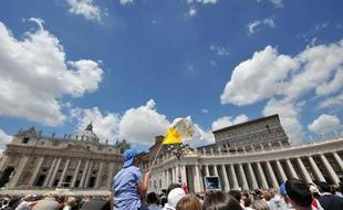Des fidèles écoutent l'Angélus dominical du pape François place Saint-Pierre, au Vatican, le 18 mai 2014