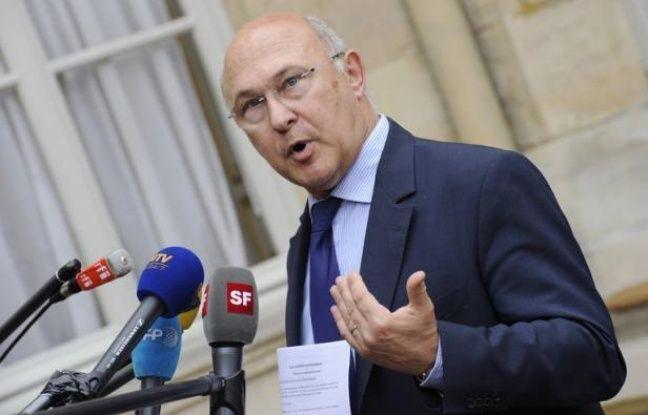 """Le Premier ministre britannique David Cameron s'est dit prêt à """"dérouler le tapis rouge"""" pour les entreprises fuyant l'impôt en France, ce qui a suscité l'ironie du ministre français du Travail Michel Sapin pour lequel ce tapis pourrait """"prendre l'eau""""."""