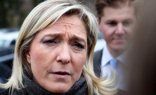 """Marine Le Pen, présidente du FN, a dénoncé jeudi une """"manoeuvre politique"""" visant, sur l'affaire Cahuzac, à """"éclabousser"""" sa """"veste"""" qui, contrairement à celle d'autres, est """"immaculée""""."""