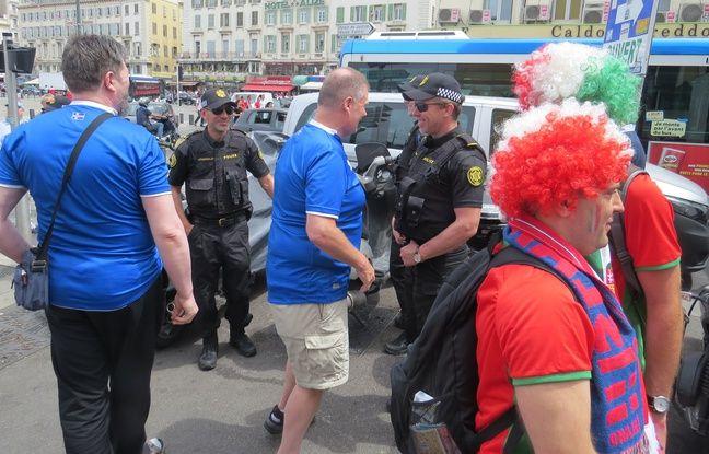 Des policiers islandais avec de supporters