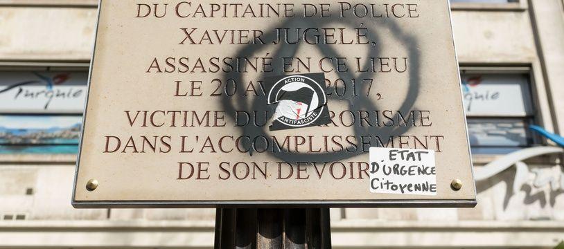 La plaque commémorative du Capitaine de Police Xavier Jugele assassiné, le 20 avril 2017, a été vandalisée